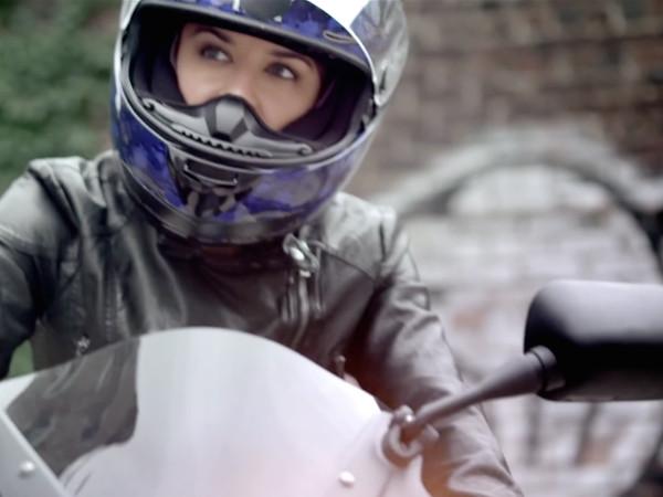 Sie mag Mode ... UND fährt Motorrad