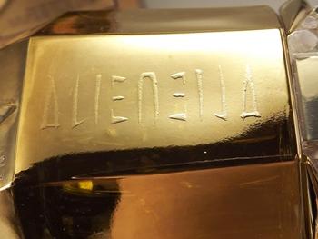 Alien Stone in goldenem Gewand