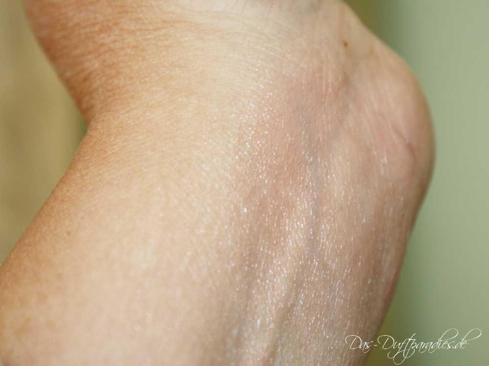 Durch Auftragen von Vaseline hält Parfüm länger auf Haut